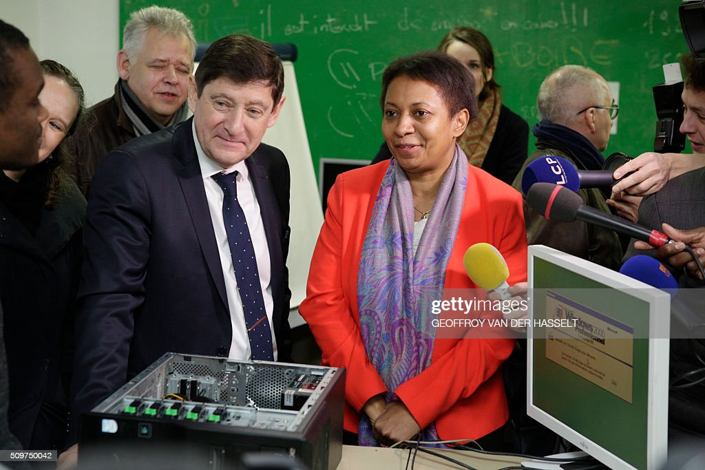 Newly appointed French Minister of State for Cities, Youth and Sports, Helene Geoffroy (R) and French Sports Minister Patrick Kanner visit the R2K digital school in Paris on February 12, 2016. / AFP / Geoffroy Van der Hasselt