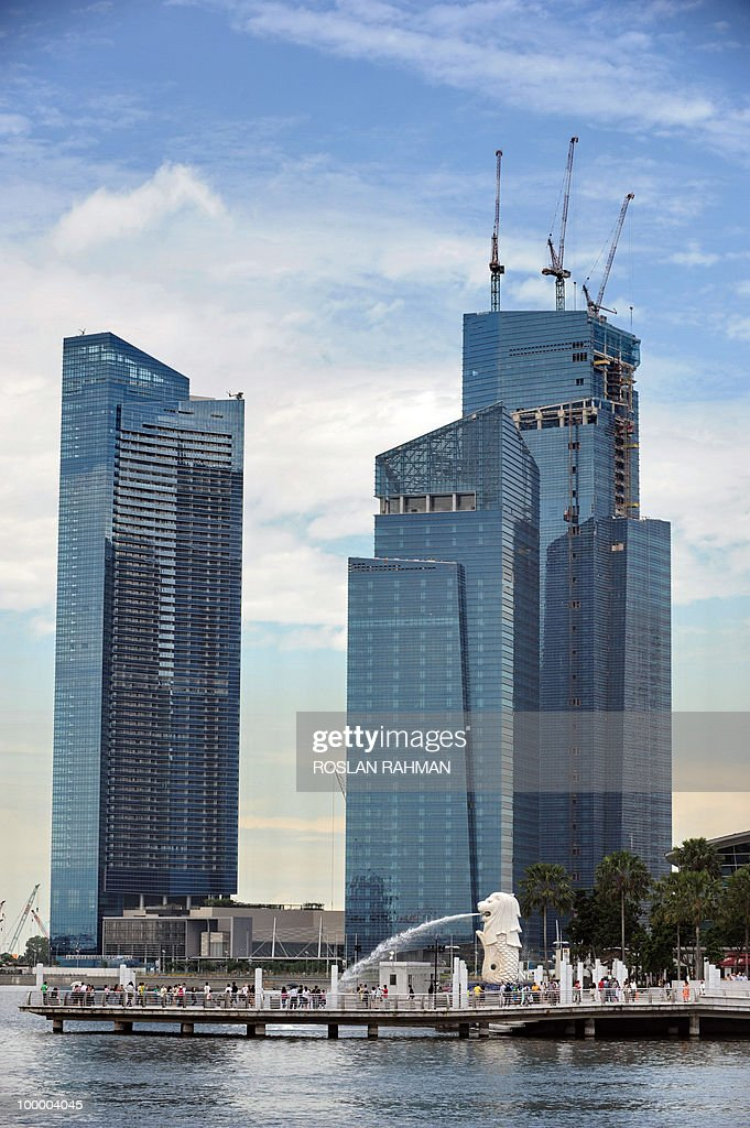 Newly built highrise building sit against the iconic statue of the Merlion in Singapore on May 20, 2010. Singapore's economy grew by a better-than-expected 15.5 percent year on year in the first quarter, spurred mainly by strong global demand for electronics, official data showed.