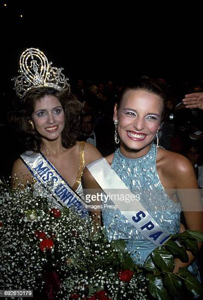 Newly crowned Miss Universe Deborah CarthyDeu and 1st RunnerUp Teresa Sanchez Lopez at the 1985 Miss Universe Pageant circa 1985 in Miami Florida