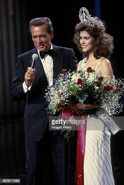 Newly crowned Miss Universe Deborah CarthyDeu with MC Bob Barker at the 1985 Miss Universe Pageant circa 1985 in Miami Florida