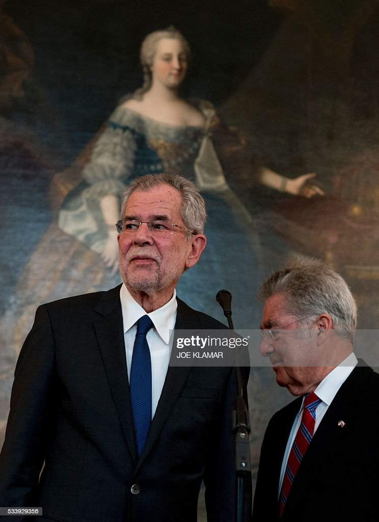 Newly elected Austrian President Alexander Van der Bellen (L) meets with Austrian President Heinz Fischer at the presidential palace in Vienna on May 24, 2016. / AFP / JOE