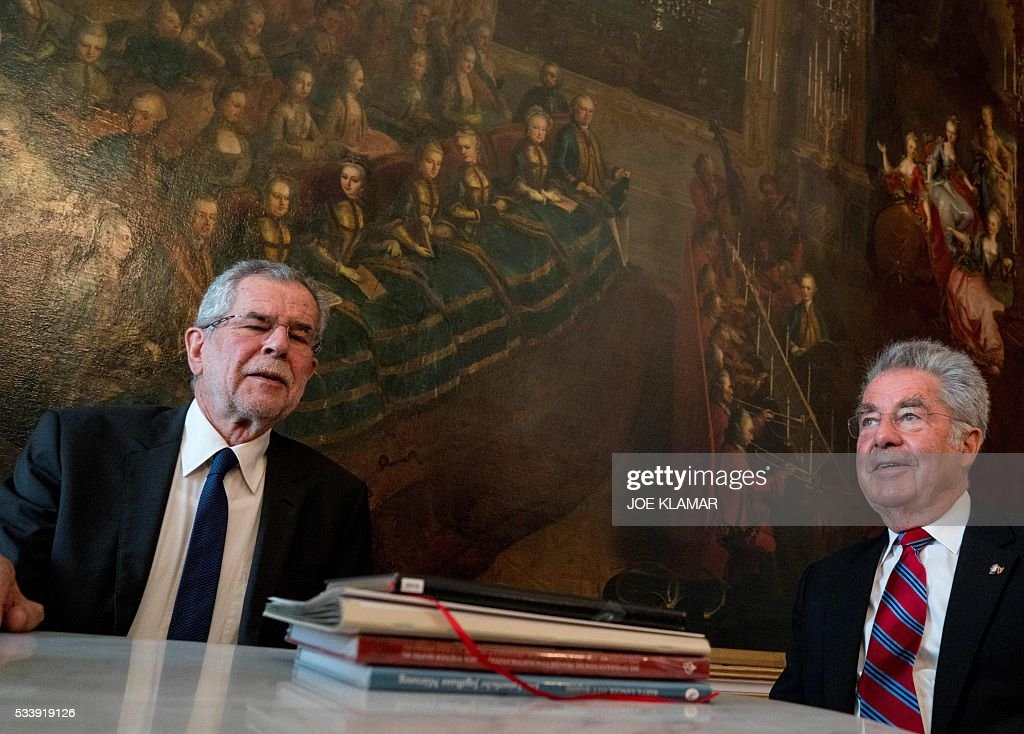 Newly elected President Alexander Van der Bellen of Austrian Greens (L) meets with Austrian President Heinz Fischer in his office at the presidential palace in Hofburg palace in Vienna, on May 24, 2016. / AFP / JOE