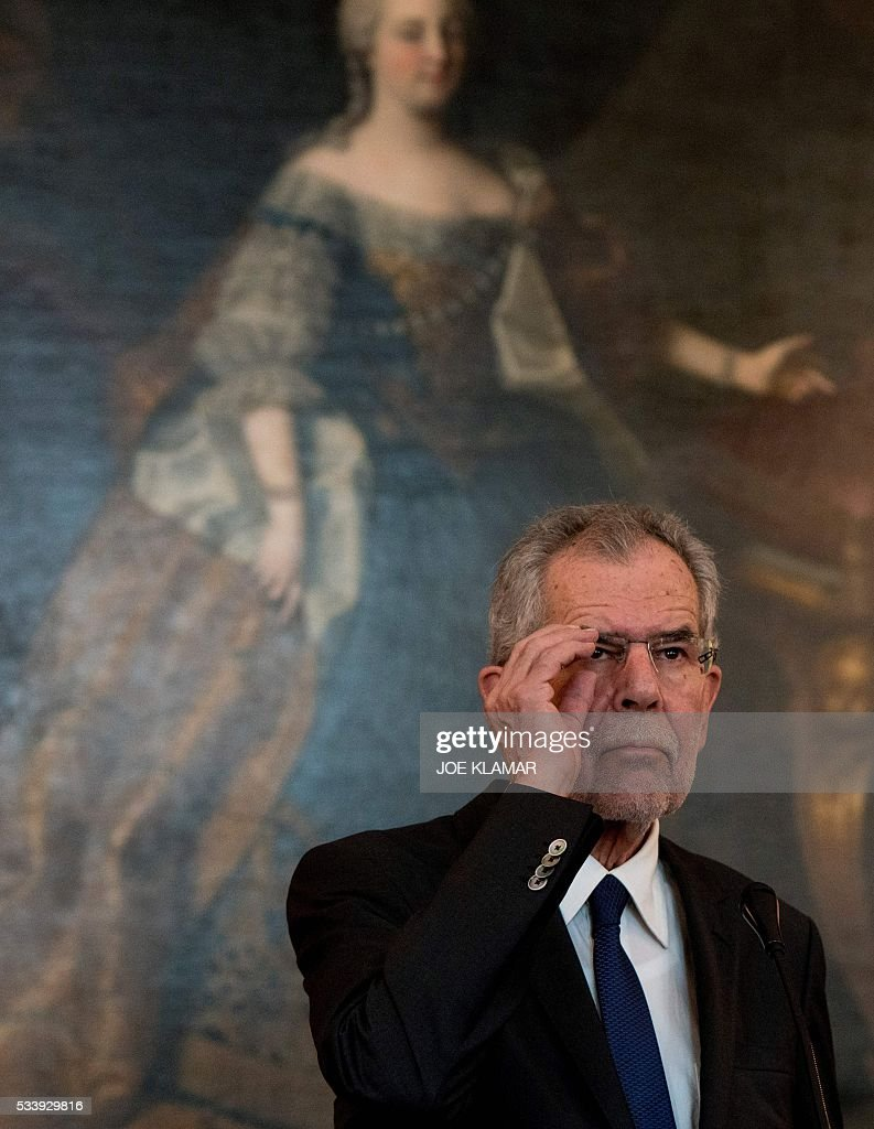 Newly elected President Alexander Van der Bellen of Austrian Greens is pictured in Austrian President' s office during their meeting at the presidential palace in Vienna on May 24, 2016. / AFP / JOE