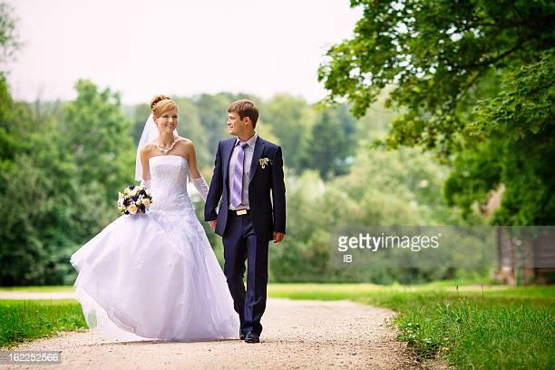 Nouvellement marié couple marchant dans la forêt.