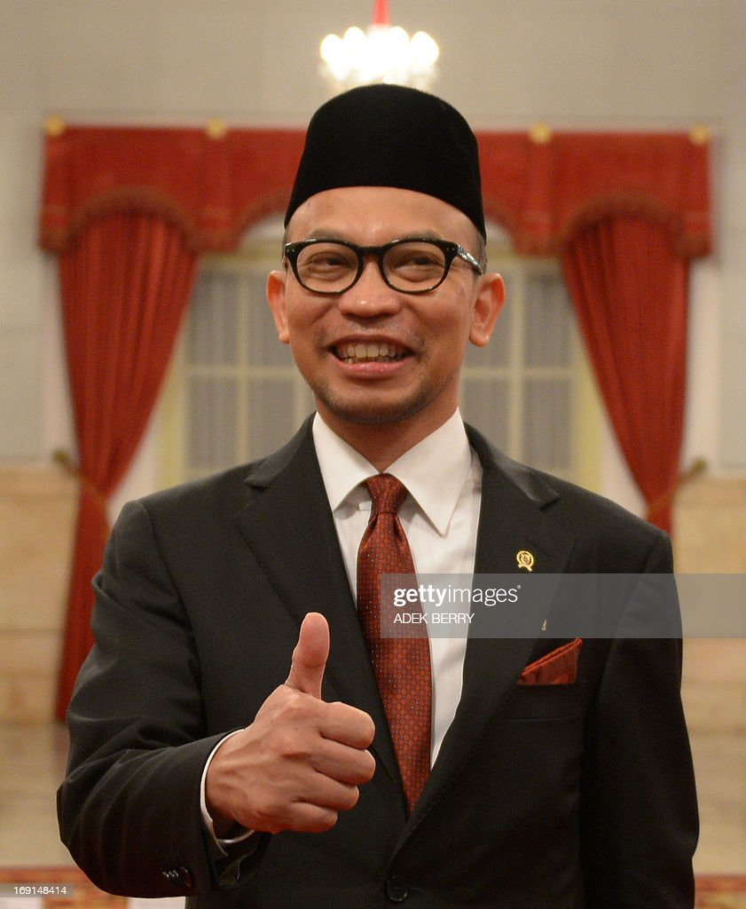 Newly oppointed Finance Minister Chatib Basri thumbs up prior to an inauguration ceremony at the presidential palace in Jakarta on May 21, 2013. Basri, 47, who was the head of Indonesia's Investment Coordinating Board (BKPM) before his appointment, takes up the job as economic growth slows, the rupiah remains weak, the current account deficit widens and the government is poised to take the politically sensitive step of hiking fuel prices. AFP PHOTO / ADEK BERRY