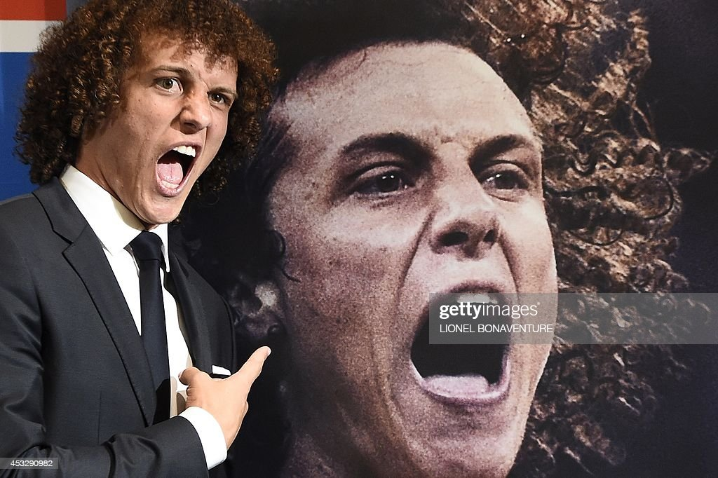 PSG newly recruited Brazilian defender David Luiz (L) poses during his official presentation, on August 7, 2014 in Paris. Luiz signed in June a 5-year contract with the French side after the Ligue 1 champions agreed a reported £50 million fee with Chelsea. AFP PHOTO LIONEL BONAVENTURE