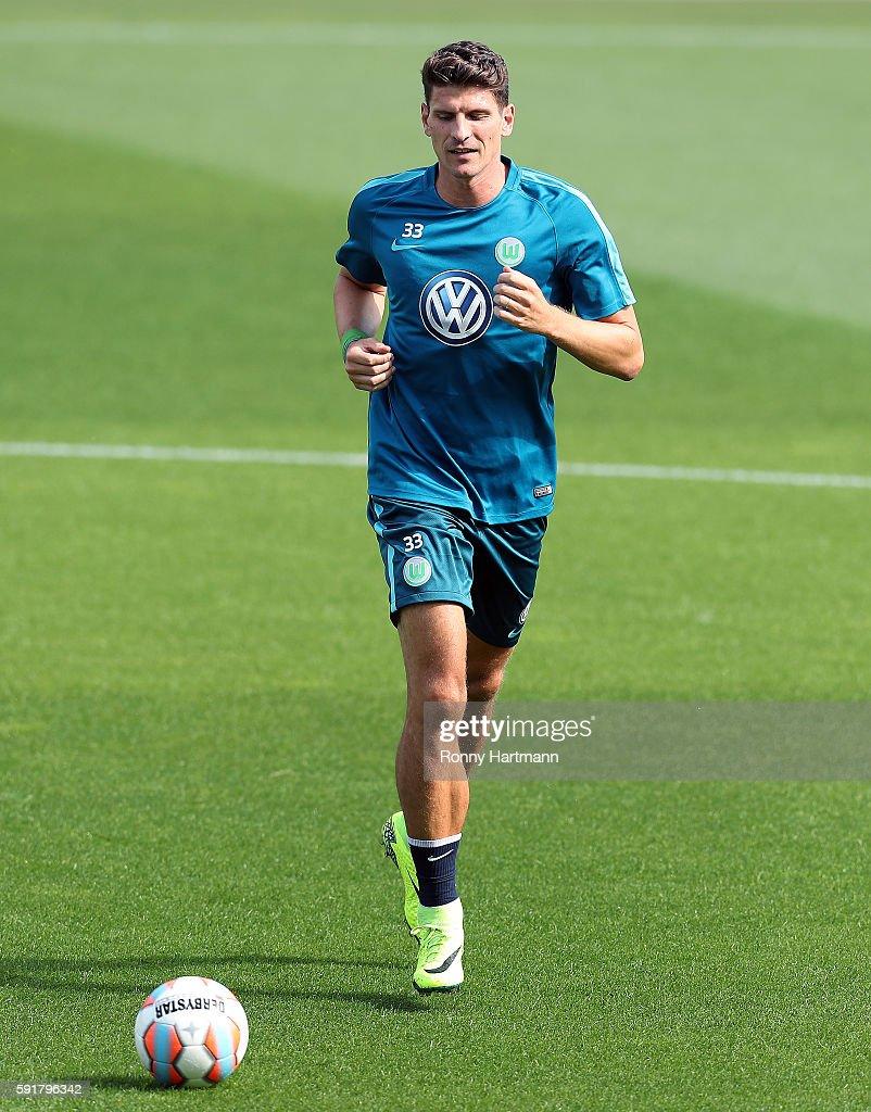 Fotos e imágenes de VfL Wolfsburg Unveils New Signing Mario Gomez