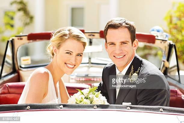 Frisch verheiratet paar Sitzen im Auto-Rücksitz