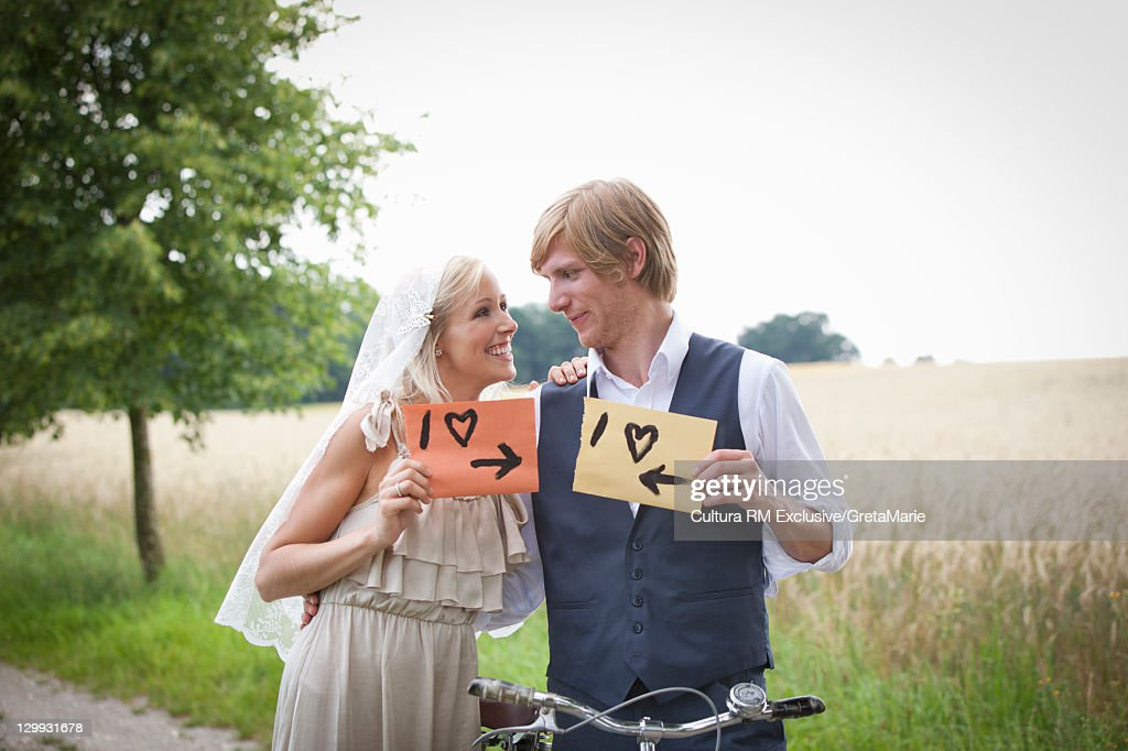 Newlywed couple with ¥I love signs : Stock-Foto