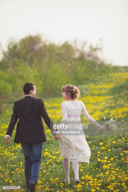 Frisch verheirateten heterosexuellen Paaren im Feld
