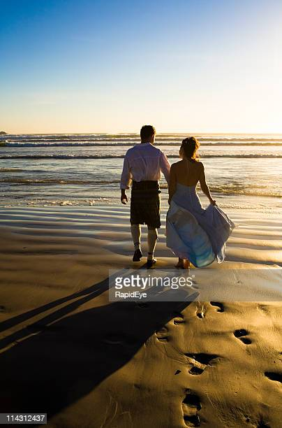 Jeunes mariés au coucher du soleil