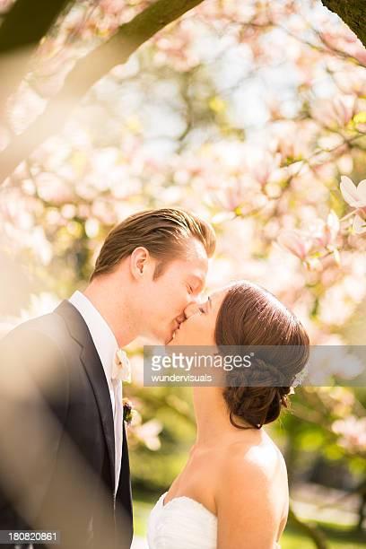 Newlyweds Beijar no seu dia de Casamento