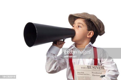 Gavroche tenant papier et crier sur Porte-voix