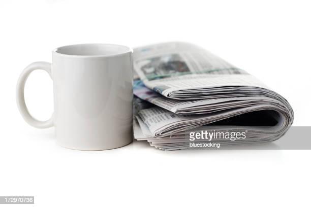 Un journal et une tasse à café
