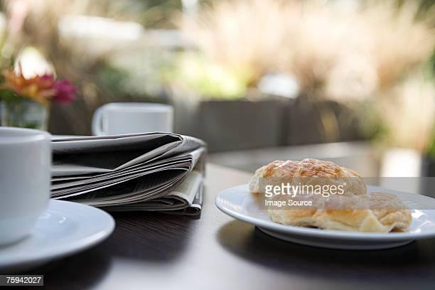 Le journal et le petit déjeuner