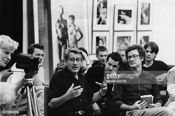 Newton Helmut *Fotograf Australien anlaesslich der Eroeffnung einer Ausstellung seiner Bilder in Leipzig inmitten von Studenten der Hochschule fuer...