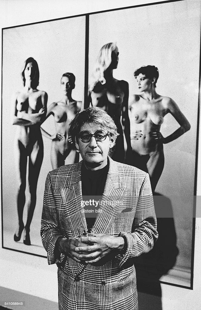 Newton, Helmut *-+(Eigentlich Helmut Neustaedter)Fotograf, Australien- Portrait vor einem seiner Fotos in der Ausstellung im Martin-Gropius-Bau in Berlin- Juni 1988