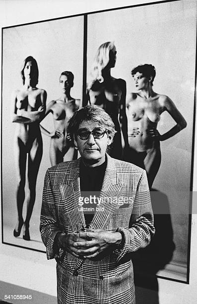 Newton Helmut *Fotograf Australien Portrait vor einem seiner Fotos in der Ausstellung im MartinGropiusBau in Berlin Juni 1988