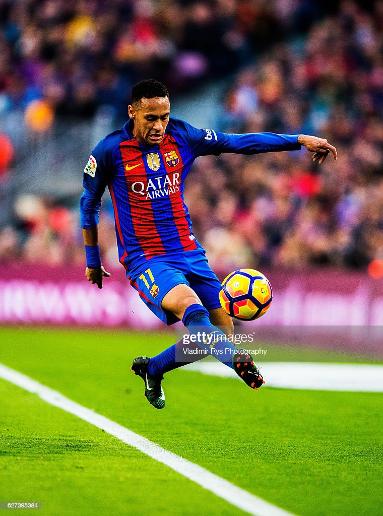 Neymar da Silva of Barcelona controls the ball during the La Liga match between FC Barcelona and Real Madrid CF at Camp Nou stadium on December 03...