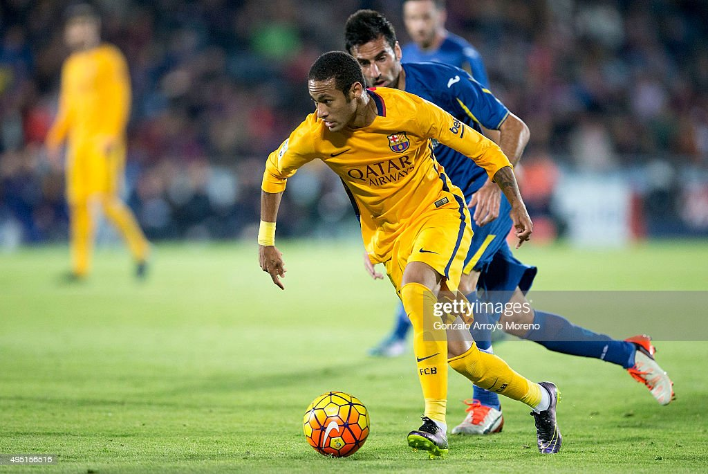 Neymar JR. (L) of FC Barcelona competes for the ball with Juan Antonio Rodrguez (R) of Getafe CF during the La Liga match between Getafe CF and FC Barcelona at Coliseum Alfonso Perez on October 31, 2015 in Getafe, Spain.