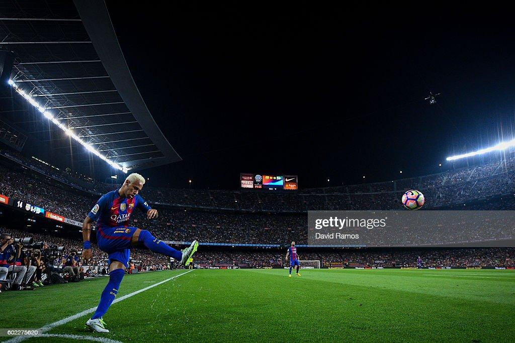 Neymar Jr. of FC Barcelona takes a corner kick during the La Liga match between FC Barcelona and Deportivo Alaves at Camp Nou stadium on September 10, 2016 in Barcelona, Spain.