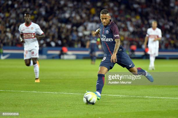 Neymar Jr of Paris SaintGermain kicks the ball during the Ligue 1 match between Paris SaintGermain and Toulouse at Parc des Princes on August 20 2017...