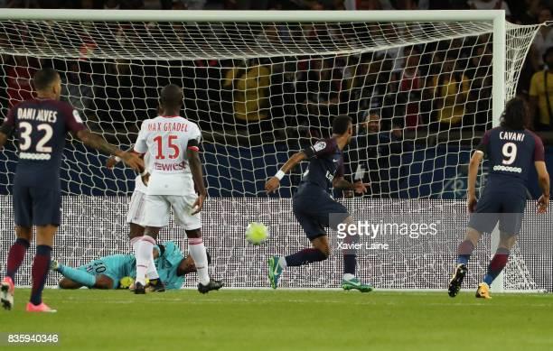 Neymar Jr of Paris SaintGermain scora a goal during the French Ligue 1 match between Paris Saint Germain and Toulouse FC at Parc des Princes on...