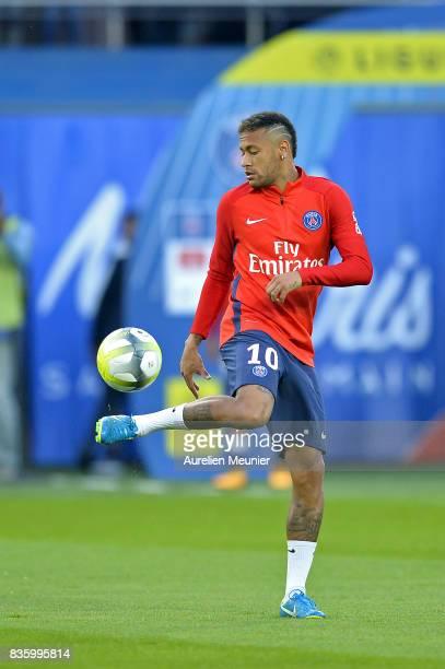 Neymar Jr of Paris SaintGermain warms up before the Ligue 1 match between Paris SaintGermain and Toulouse at Parc des Princes on August 20 2017 in...