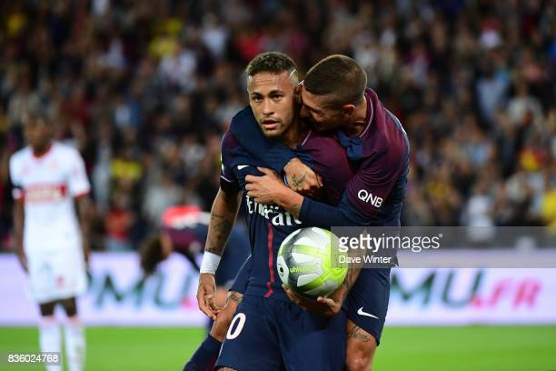 Neymar JR of PSG celebrates his equalising goal with Marco Verratti of PSG during the Ligue 1 match between Paris Saint Germain and Toulouse at Parc...