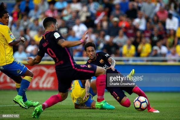 Neymar of Barcelona scores his second goal and the teams third of the game during the La Liga match between UD Las Palmas and Barcelona at Estadio de...