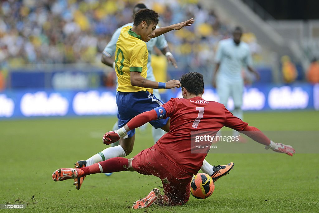 Neymar of Brasil fights for the ball with <a gi-track='captionPersonalityLinkClicked' href=/galleries/search?phrase=Hugo+Lloris&family=editorial&specificpeople=2501893 ng-click='$event.stopPropagation()'>Hugo Lloris</a>, goalkeeper of France during the friendly match between Brasil and France on June 09, 2013 in Porto Alegre, Brasil