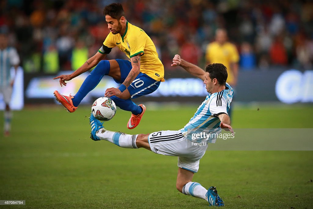 Neymar of Brazil competes the ball with Demichelis of Argentina during Super Clasico de las Americas between Argentina and Brazil at Beijing National...