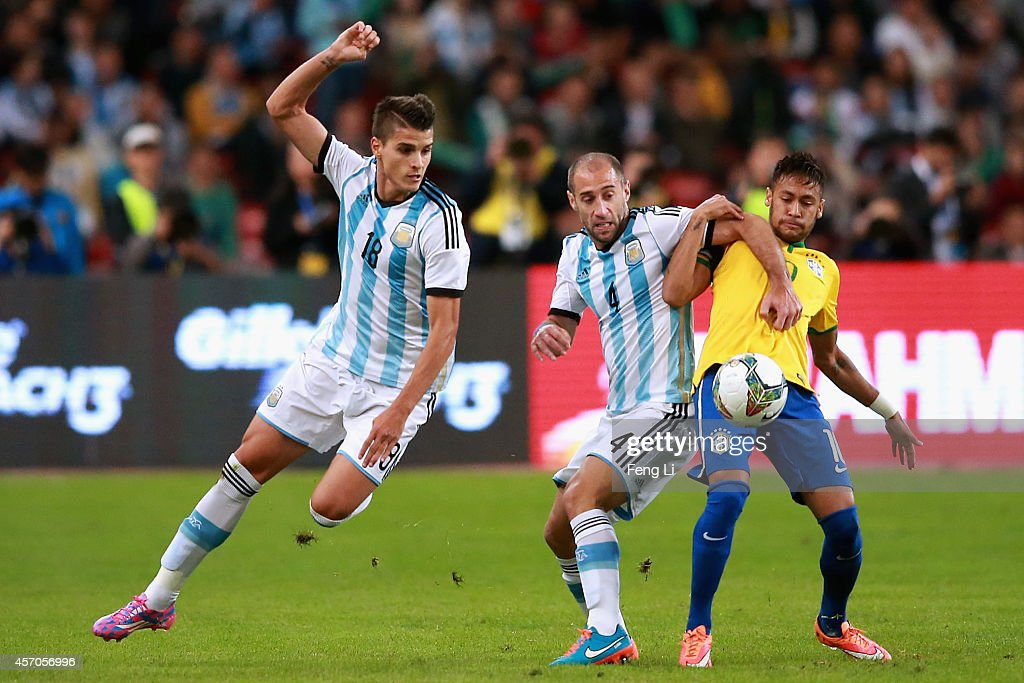 Neymar of Brazil competes the ball with Zabaleta of Argentina during Super Clasico de las Americas between Argentina and Brazil at Beijing National...