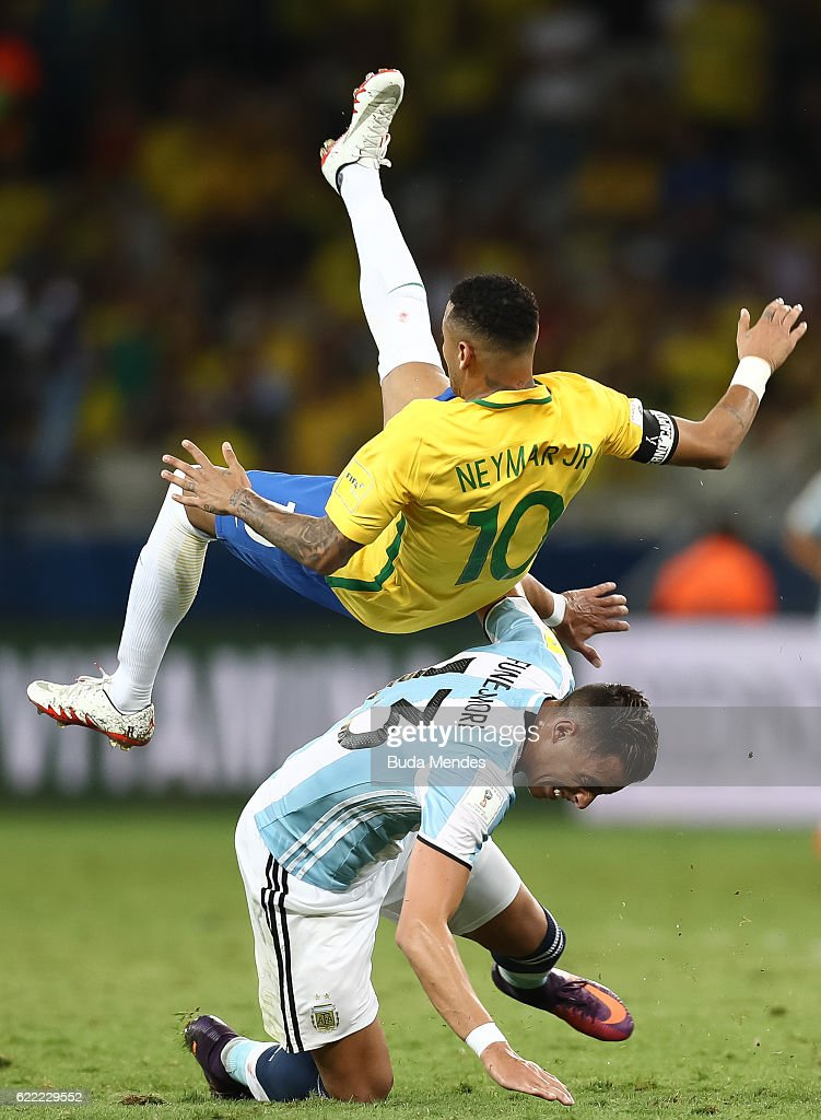 Neymar (L) of Brazil struggles for the ball with Ramiro Funes of Argentina during a match between Brazil and Argentina as part of 2018 FIFA World Cup Russia Qualifier at Mineirao stadium on November 10, 2016 in Belo Horizonte, Brazil.