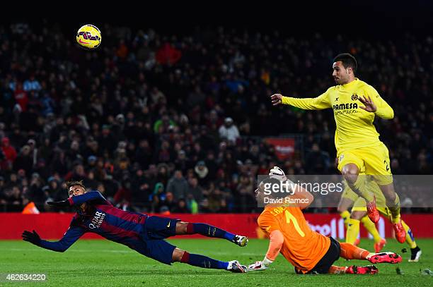 Neymar of FC Barcelona is challenged by Sergio Asenjo of Villarreal CF during the La Liga match between FC Barcelona and Villarreal CF at Camp Nou on...