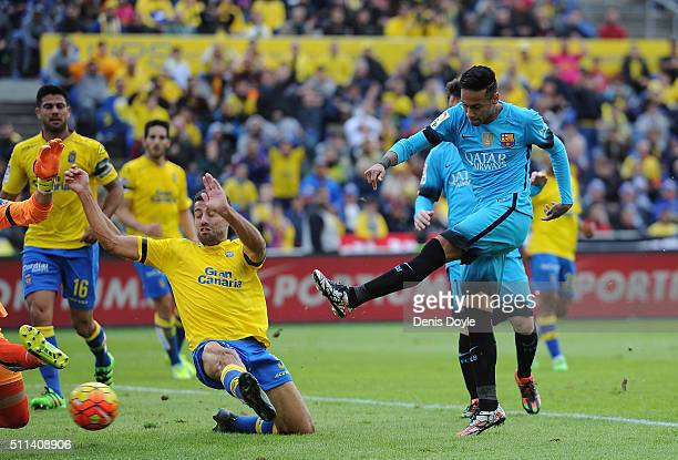 Neymar of FC Barcelona scores his team's 2nd goal during the La Liga match between UD Las Palmas and FC Barcelona at Estadio Gran Canaria on February...