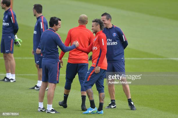 Neymar shakes hand with the Paris SaintGermain Head Coach Unai Emery before a training session with the Paris SaintGermain on August 11 2017 in Paris...
