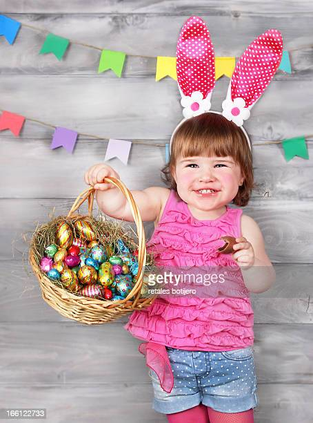 Niña celebrando el happy easter