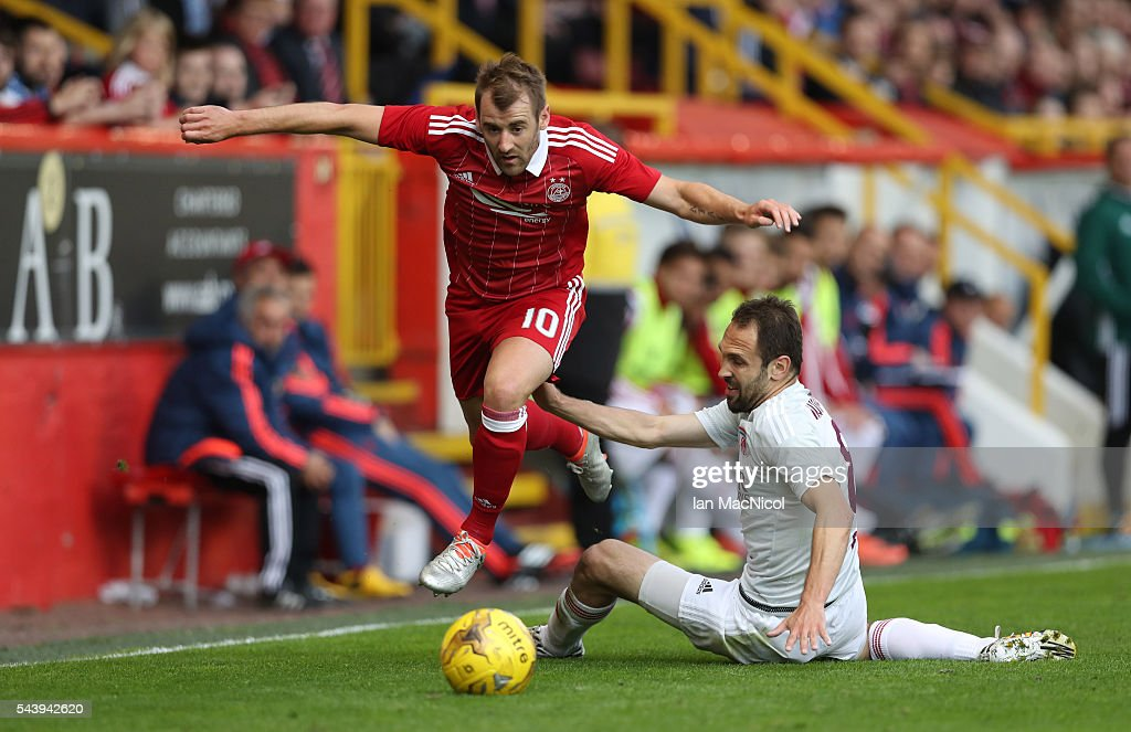 <a gi-track='captionPersonalityLinkClicked' href=/galleries/search?phrase=Niall+McGinn&family=editorial&specificpeople=6130595 ng-click='$event.stopPropagation()'>Niall McGinn</a> of Aberdeen vies with Veldin Muharemovic of CS Fola Esch during the UEFA Europa League First Qualifying Round, First Leg match between Aberdeen and CS Fola Esch at Pittodrie Stadium on June 30, 2016 in Aberdeen, Scotland.
