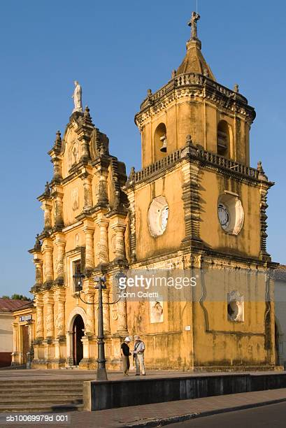 Nicaragua, Leon, tourists in front of Iglesia de la Recollection