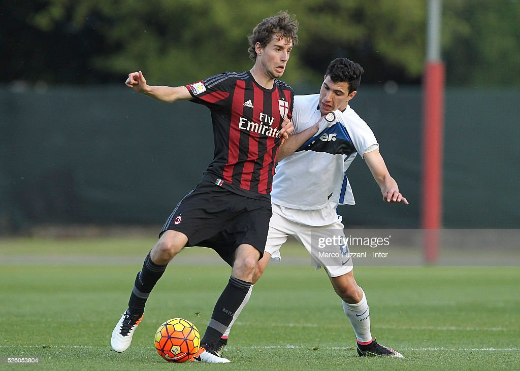 Niccolo Zanellato of AC Milan competes for the ball with Mattia Bonetto of FC Internazionale Milano during the juvenile match between AC Milan and FC Internazionale at Centro Sportivo Giuriati on April 29, 2016 in Milan, Italy.