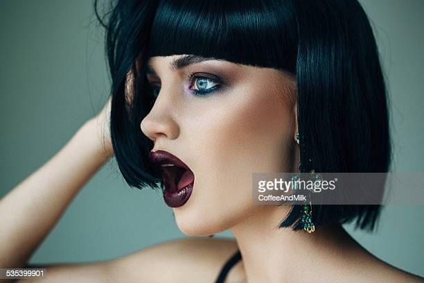 Bella donna con splendidi orecchini ricerca