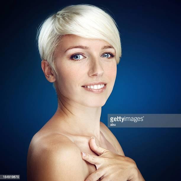 Jolie blonde femme souriant