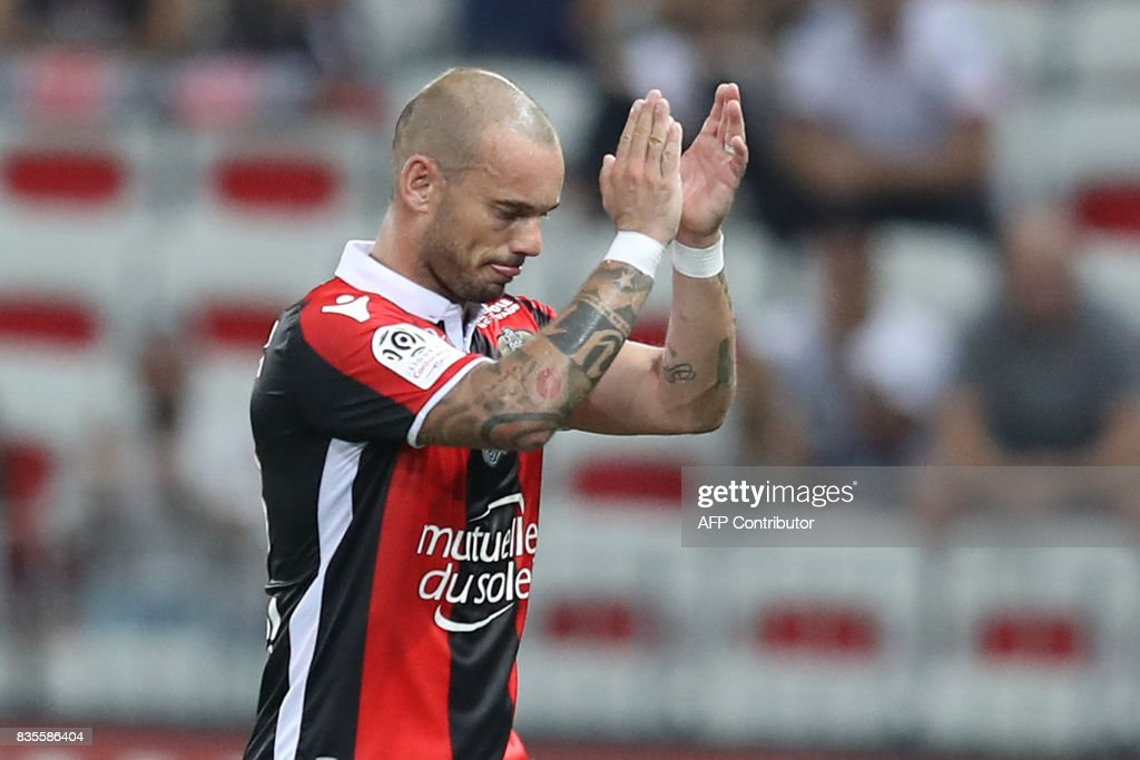 Nice's Dutch midfielder Wesley Sneijder leaves the pitch during the French L1 football match Nice (OGCN) vs Guingamp (EAG) on August 19, 2017 at the 'Allianz Riviera' stadium in Nice, southeastern France. /