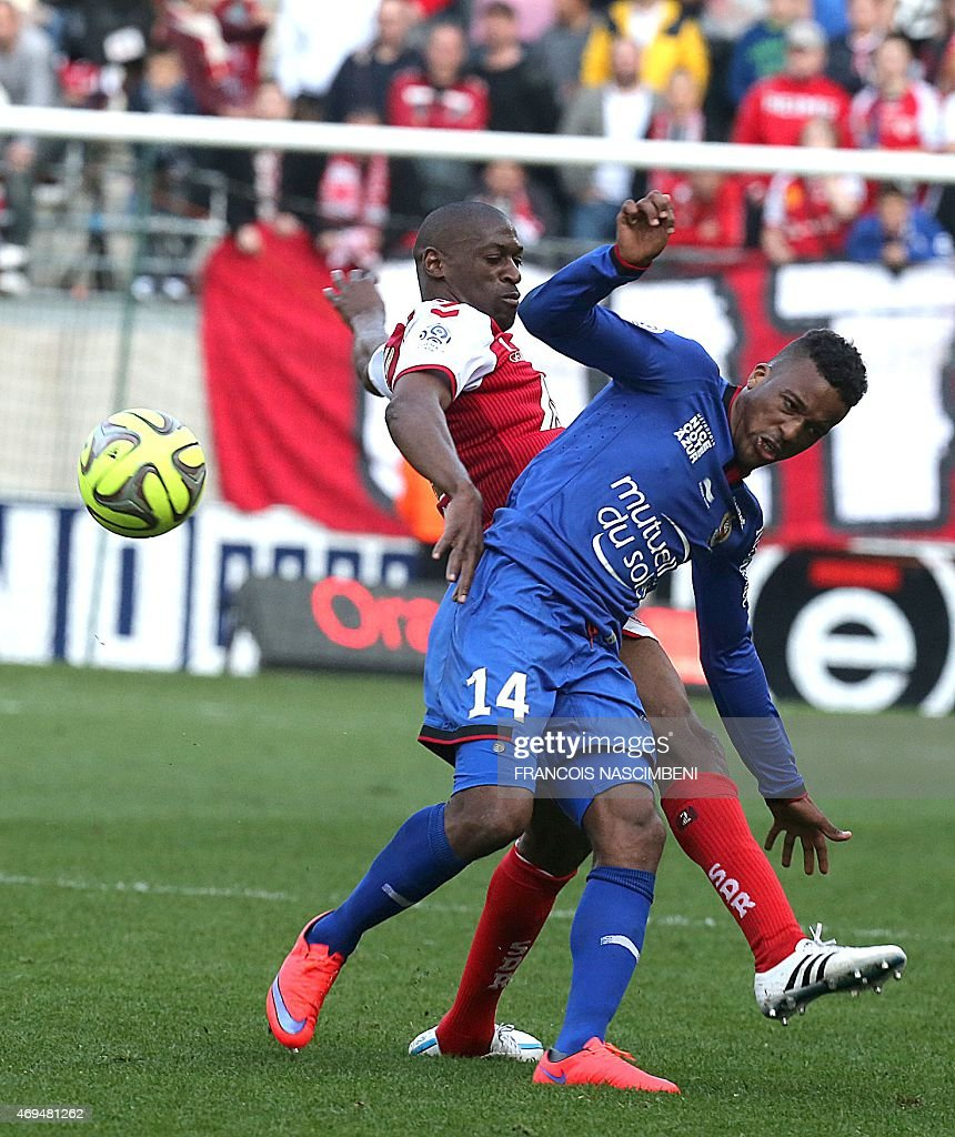 Nice's forward Alassane Plea (R) vies with Reims' French Malian defender Mohamed Fofana (L) during the French L1 football match between Reims and Nice, on April 12, 2015 at the Auguste Delaune Stadium in Reims.