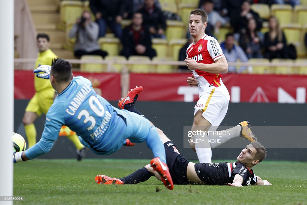 Nice's French defender Maxime Le Marchand (R) vies with Monaco's Croatian midfielder Mario Pasalic (L) during the French L1 football match Monaco (ASM) vs Nice (OGCN) on February 6, 2016 at the Louis II stadium in Monaco. / AFP / VALERY HACHE