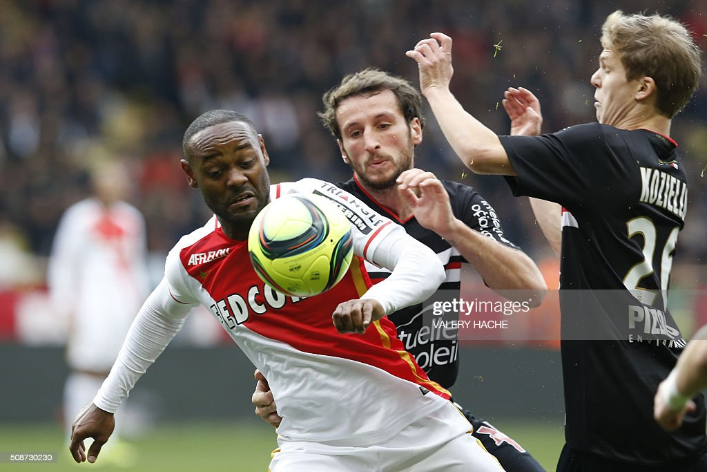 Nice's French defender Paul Baysse (C) vies with Monaco's Brazilian forward Vagner Love (L) and Nice's French midfielder Vincent Koziello (R) during the French L1 football match Monaco (ASM) vs Nice (OGCN) on February 6, 2016 at the Louis II stadium in Monaco. / AFP / VALERY HACHE