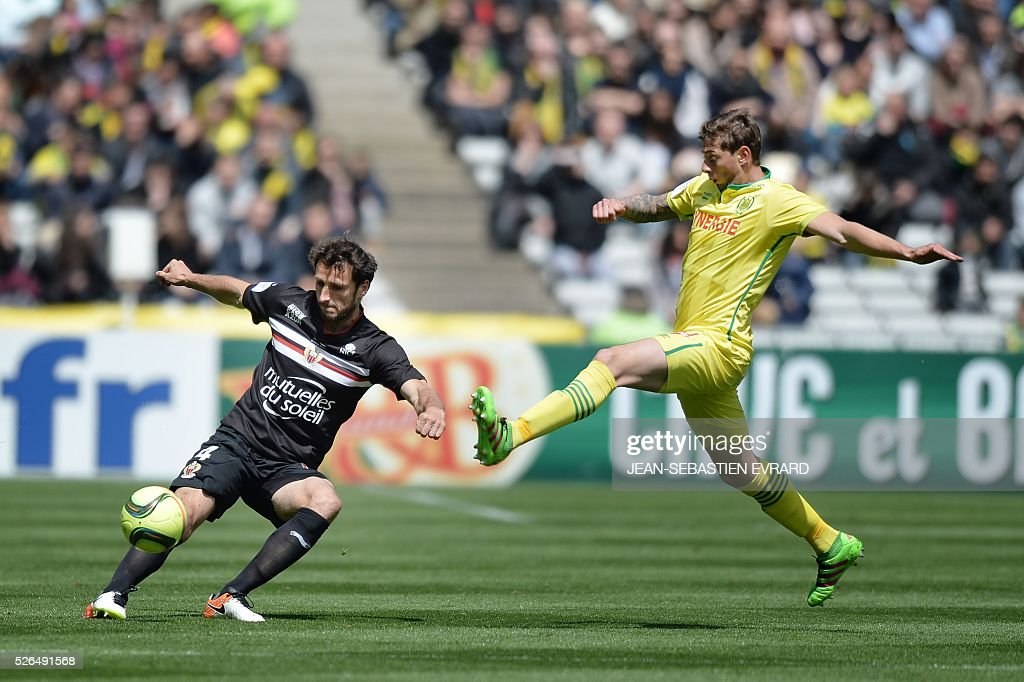 Nice's French defender Paul Baysse (L) vies with Nantes' Argentinian forward Emiliano Sala during the French L1 football match between Nantes and Nice on April 30, 2016 at the Beaujoire stadium in Nantes, western France.