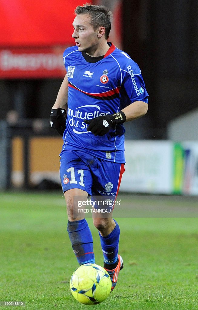 Nice's French forward Eric Bautheac runs with the ball during the French L1 football match Brest vs Nice at the Francis Le Ble stadium on February 2, 2013 in Brest, western France.