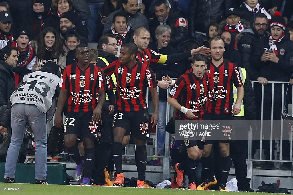 Nice's French forward Valere Germain (R) is congratulated by teammates after scoring a goal during the French L1 football match Nice (OGC Nice) vs Marseille (OM) on February 14, 2016 at the 'Allianz Riviera' stadium in Nice, southeastern France. AFP PHOTO / VALERY HACHE / AFP / VALERY HACHE